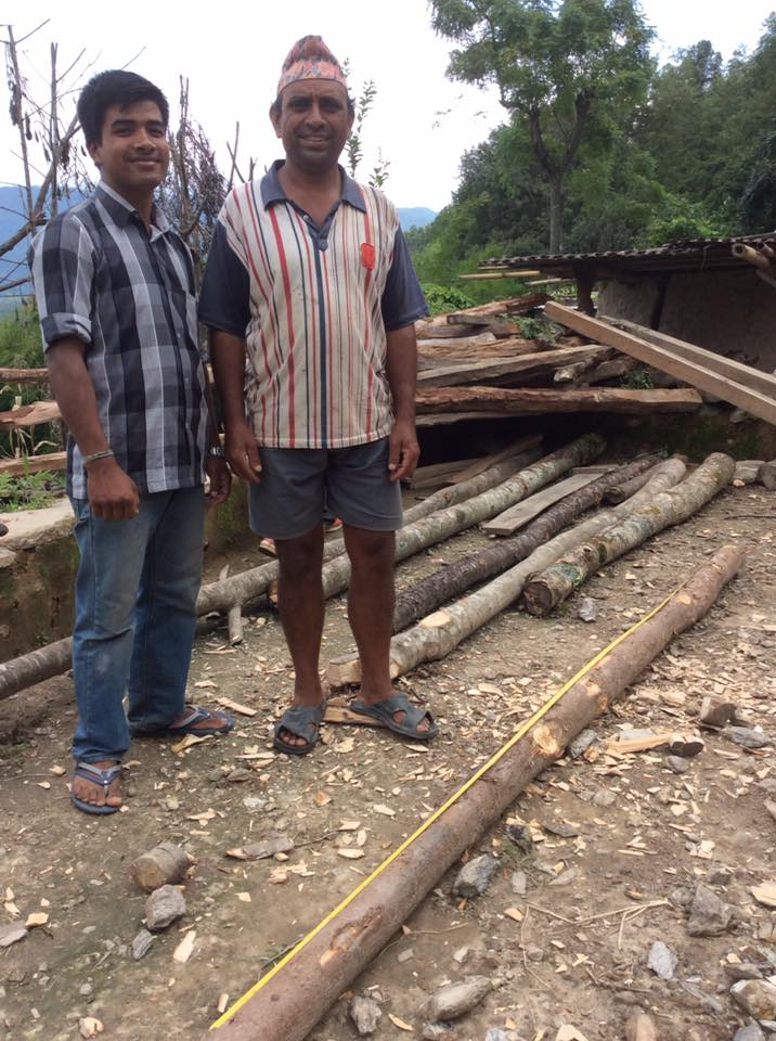 被災され家が倒壊した家族は、公共の森から木の切り出しが本数限定で許されています。ネパールの森と寄り添う生き方やルールが、人々を支えています