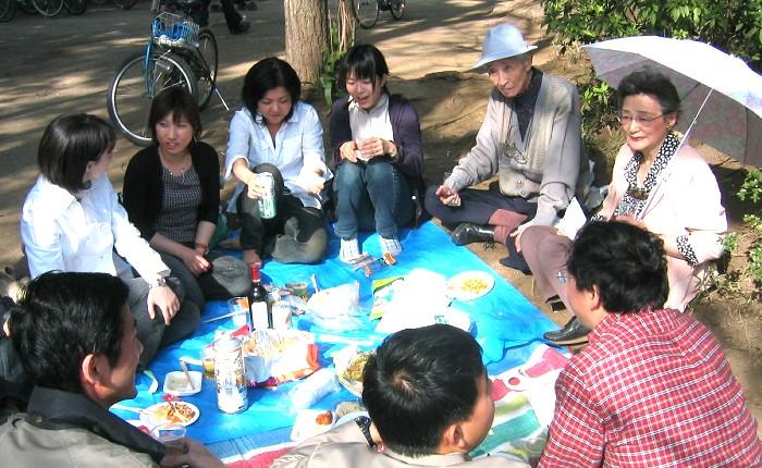 2004年ご自宅(都立大学)近くの公園で会員たちとお花見